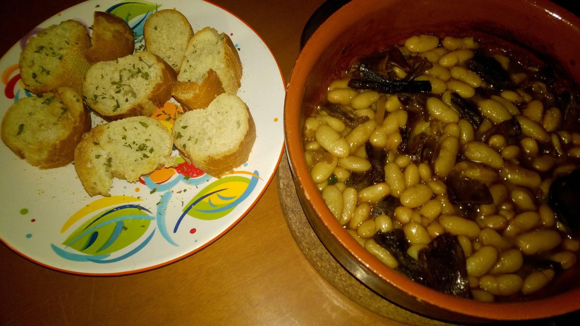 Zuppa di fagioli cannellini ai funghi porcini con crostini