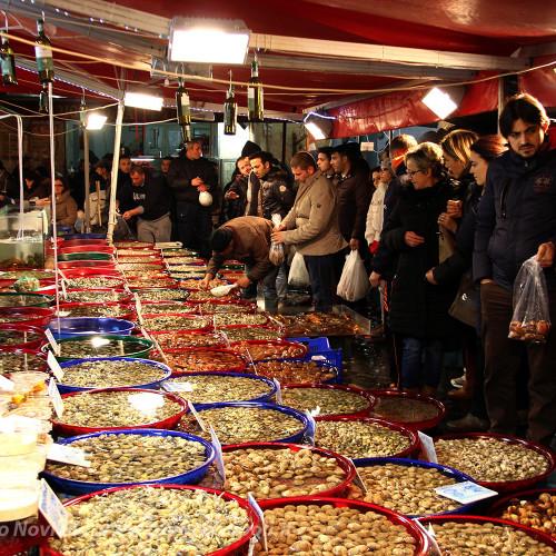 Il mercato del pesce a Napoli