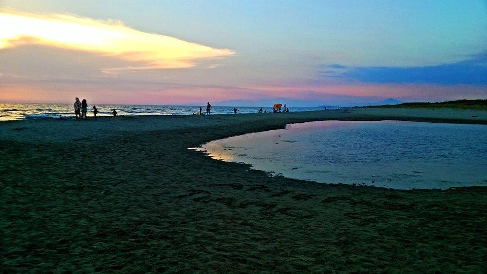 Foce del Volturno, spiaggia libera Varcaturo/Lago Patria. DOve il canale va a finire a mare. Ph: Simona Vitagliano
