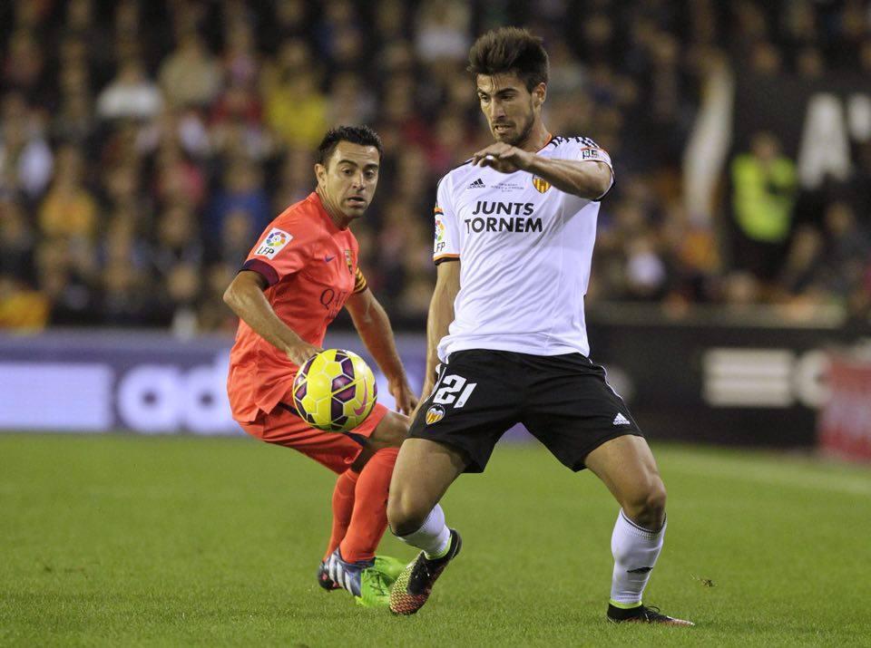 Andre Gomes  del Valencia e Xavi del Barcellona in una partita della scorsa stagione. Fonte: ilnapolionline.it