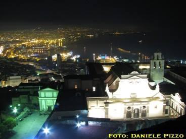 Veduta dagli spalti del Castello sulla Certosa di San Martio e il Porto. Fonte: danpiz.net