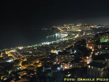 Veduta dagli spalti del Castello sui quartieri di Chiaia, Vomero, Posillipo e porticciolo di Mergellina. Fonte: danpiz.net