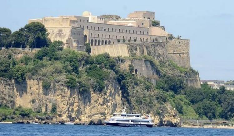 Castello Aragonese di Baia Fonte: locandadeire.it