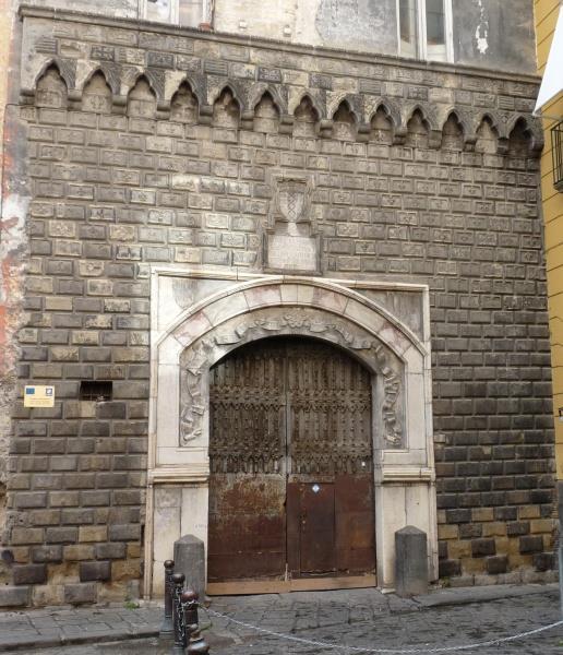 Facciata Palazzo Penne. Fonte: napoligrafia.it