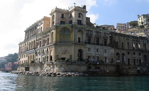 palazzo Donn'Anna visto dal mare. Fonte: Wikipedia