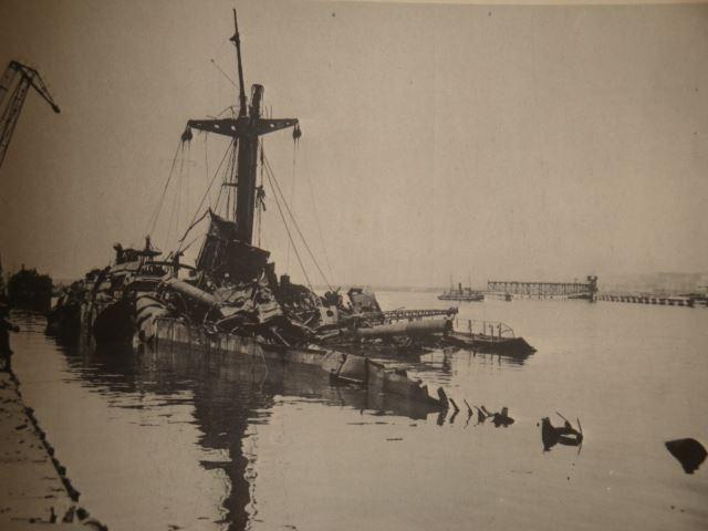 """Il relitto della """"Caterina Costa"""" dopo l'esplosione nel porto di Napoli. Fonte: """"Napoli Retrò"""" gruppo facebook"""