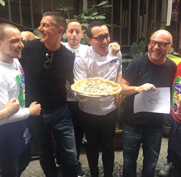 Dolce e Gabbana alla Pizzeria Sorbillo. Pubblicata da Stefano gabbana sul suo profilo Instagram.