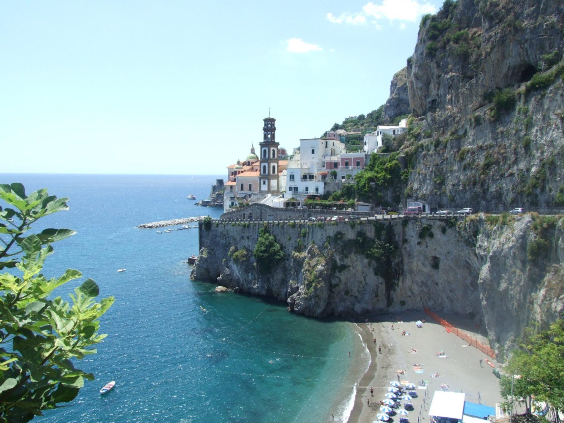 Ravello: un gioiello a picco sul mare immerso tra fiori colorati e incantevoli giardini