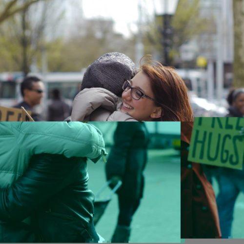 """Napoli """"A braccia aperte"""": abbracci a Piazza del Plebiscito"""