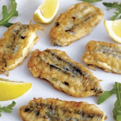 Alici indorate e fritte: la cucina napoletana non smette mai di stupirci
