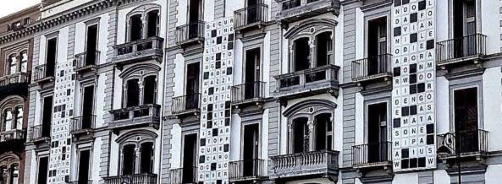 Un enorme cruciverba sulla facciata del Grand Hotel Parker's