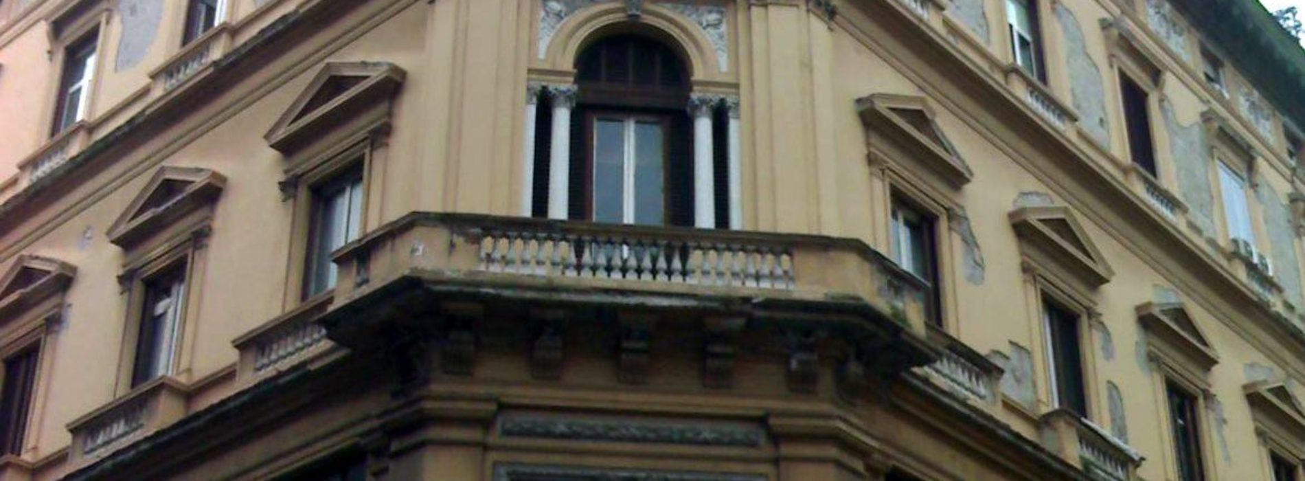 Palazzo Capone: il palazzo rimasto in piedi durante il Risanamento