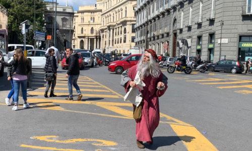 Uno strano personaggio si aggira per le strade di Napoli, sembrerebbe Leonardo da Vinci